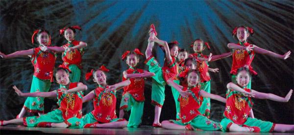 瑞华中文学校的小朋友们表演舞蹈